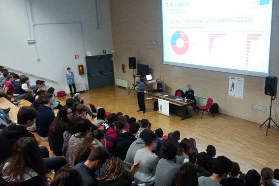 L'incontro sulle armi al Liceo Medi di Villafranca.jpg