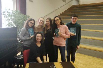 Paola Peretti con i ragazzi del Liceo Medi